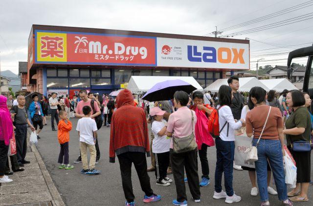ツアーの一部に組み込まれた免税店は中国人観光客でごった返す=2017年10月3日、宮崎県日南市