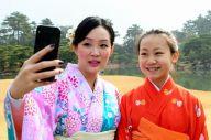 栗林公園で着物姿で写真を撮る中国人観光客=2019年2月7日午前11時29分、高松市栗林町1丁目、小木雄太撮影