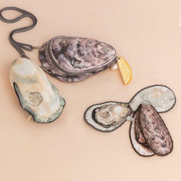 上が「牡蠣のポーチ付きショルダーバッグ」、下が「牡蠣ハンカチ 2枚セット」