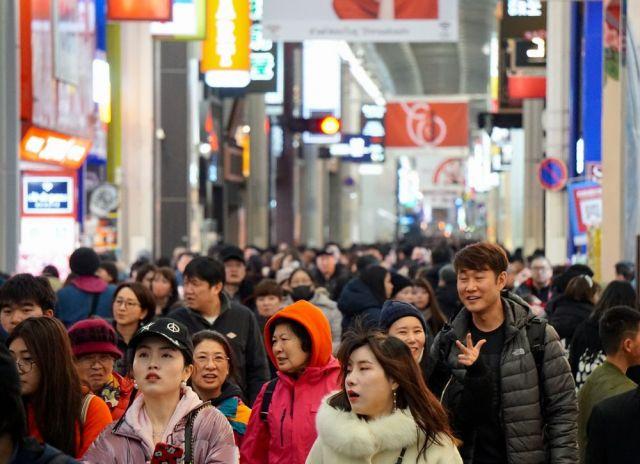 中国人観光客らでにぎわう大阪・心斎橋=2019年2月4日、大阪市中央区
