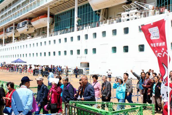 大型観光客船を降りて観光に向かう中国人観光客ら=2016年5月18日、別府市の別府国際観光港