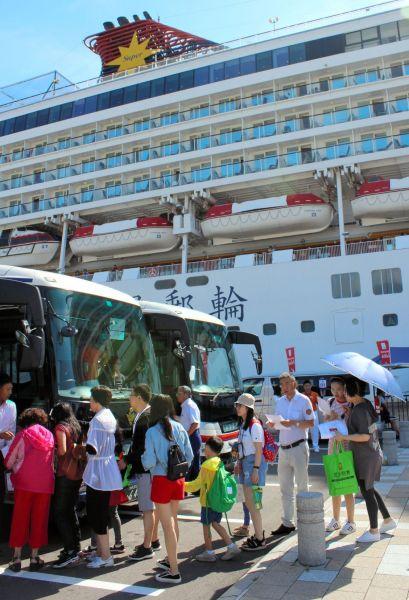 大型客船から各地への観光バスに乗り換える中国人観光客ら=2018年8月20日午前9時24分、大分県別府市の別府国際観光港、加藤勝利撮影