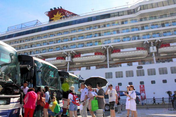 2千人の中国人観光客が乗せて別府国際観光港に寄港した中国・上海発着の7万トン超級大型クルーズ客船=2018年8月20日