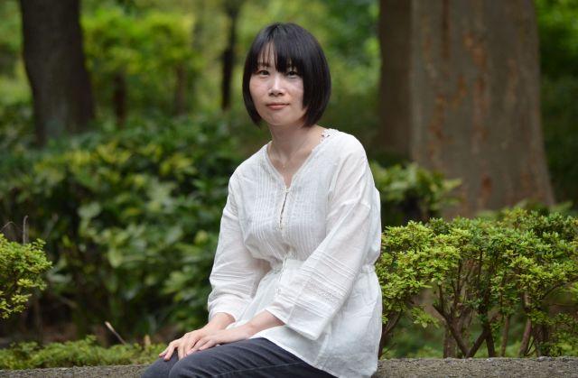 作者の鈴木望さん。左目の周辺にアザがある