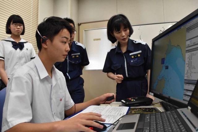 関門海峡の管制の仕事を体験する高校生たち=7月7日、北九州市門司区、山田菜の花撮影