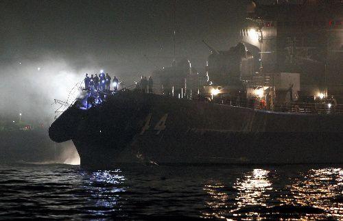未明に鎮火状態になった護衛艦「くらま」の船首部分では、乗組員たち状況を調べていた=2009年10月28日、北九州市門司区、藤脇正真撮影