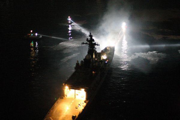 コンテナ船と衝突し白煙を上げる護衛艦「くらま」=関門海峡、本社ヘリから、恒成利幸撮影