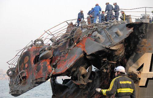 衝突によって大きく折れ曲がった護衛艦「くらま」の艦首部分=2009年10月28日、北九州市門司区、藤脇正真撮影
