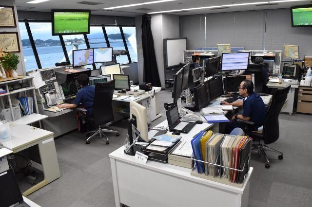 関門海峡海上交通センターで航行船舶と交信する運用管制官ら=北九州市門司区、山田菜の花撮影