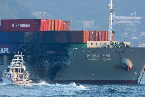コンテナ船カリナスター右舷前方には衝突し、炎上した跡が見られた=2009年10月28日、北九州市門司区、金川雄策撮影