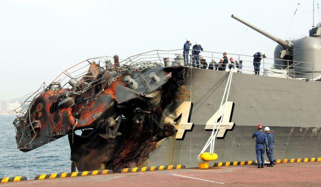 コンテナ船との衝突によって護衛艦「くらま」の艦首部分は大破していた=2009年10月28日、北九州市門司区、藤脇正真撮影