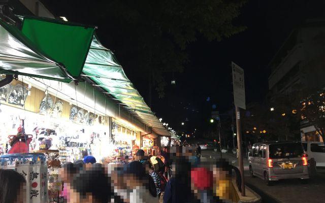 修学旅行生と土産店(奈良市・猿沢商店街)。画像の一部を加工しています。
