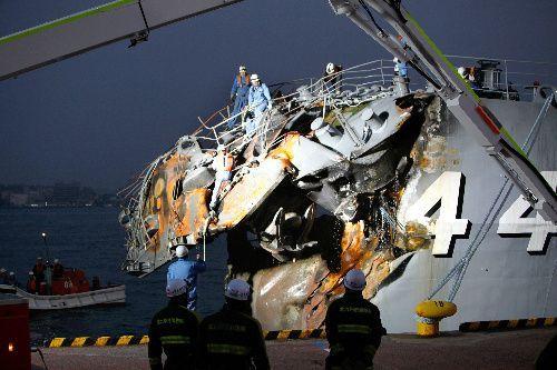 艦首部分が折れ曲がった護衛艦「くらま」=2009年10月28日、北九州市門司区、金川雄策撮影