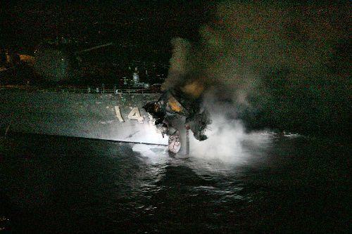 白煙を上げる護衛艦「くらま」=2009年10月27日、関門海峡、本社ヘリから、恒成利幸撮影