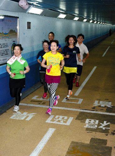 人道トンネルの両県境を走る人たち