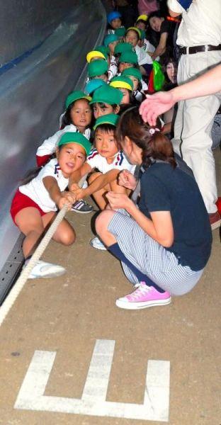綱引きをする幼稚園児たち