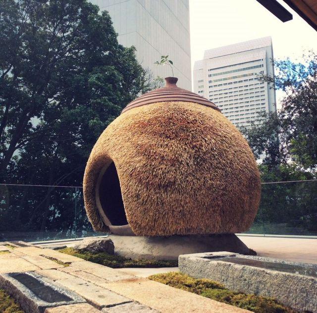 相良育弥さんが茅葺きの技術で作ったイベント用の作品=相良さん提供