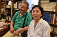 小笠原万里枝さん(右)の還暦祝いにサプライズで花火を打ち上げた夫の貞善さん