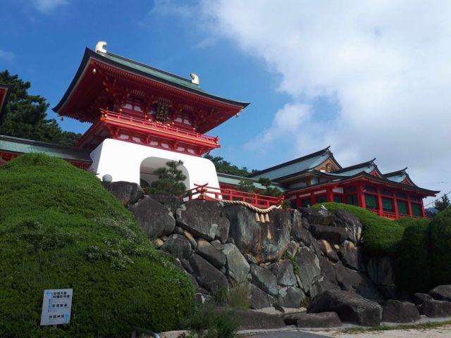 水天門の下に積まれた「太閤石」=9月9日、山口県下関市の赤間神宮、山田菜の花撮影