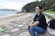 母親の上崎美代子さんがスナメリを観察していた海岸で、思い出を話す竹下美由姫さん=9月5日、山口県下関市、山田菜の花撮影