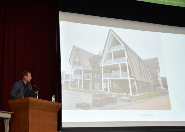 オランダの茅葺き建築を紹介するオランダの代表者=岐阜県白川村