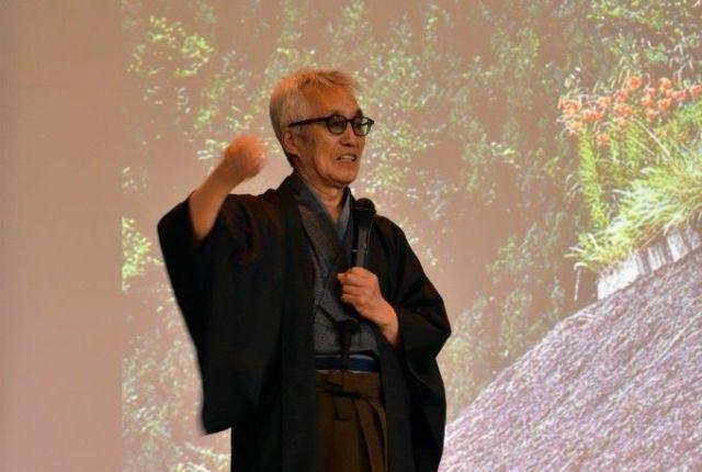 国際茅葺き会議で説明する日本茅葺き文化協会の安藤邦広代表理事
