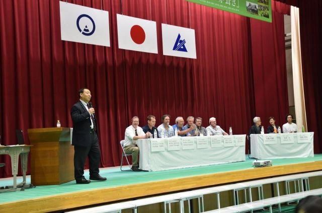 岐阜県であった「国際茅葺き会議」に参加した7カ国の代表者たち=2019年5月、岐阜県白川村