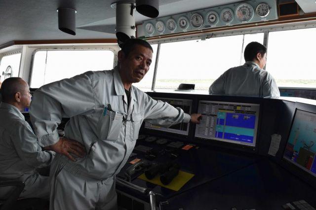 海翔丸の性能について語る船長の中谷伸一さん=6月18日、関門海峡、山田菜の花撮影