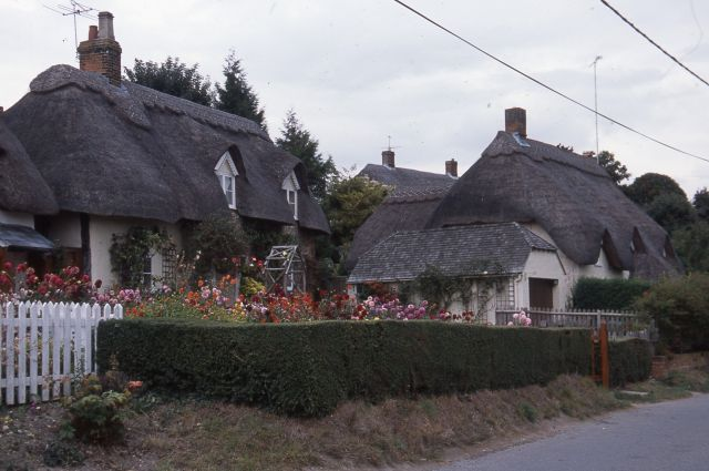 イギリスの茅葺き。小麦わらで葺いた屋根が多い=日本茅葺き文化協会提供