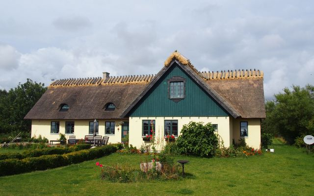 スウェーデン南部スコーネ地方の農村の茅葺き=日本茅葺き文化協会提供