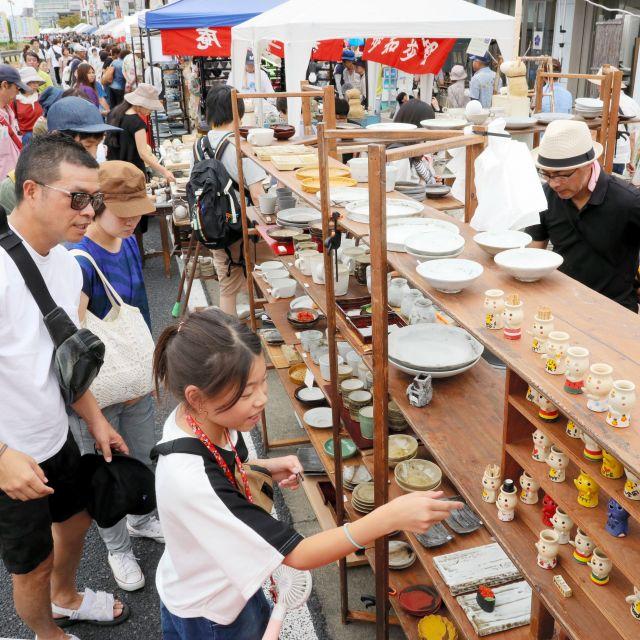 陶磁器で有名な愛知県瀬戸市。大勢の買い物客でにぎわう「せともの大廉売市」=2019年9月、川津陽一撮影