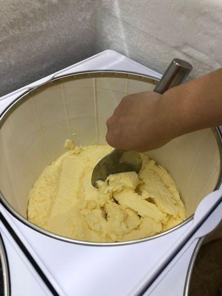 アイスクリームをスペードですくう