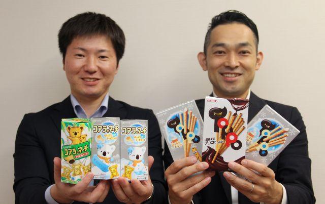 仲良く冬のコラボ商品「ほっこりシリーズ」をアピールする、コアラのマーチ担当の江幡さん(左)とトッポ担当の森さん