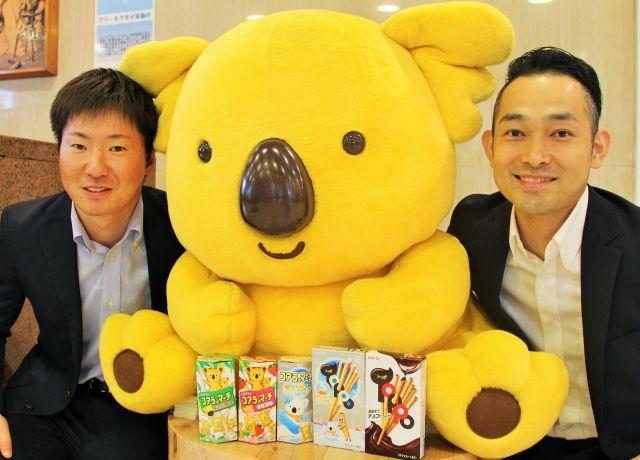 マーチくんと一緒に仲良くスクラムを組む江幡さん(左)と森さん=ロッテ本社