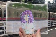 電車が通過すると2次元の少女の髪がなびく「すこしふしぎ動画」=つのだふむさん提供