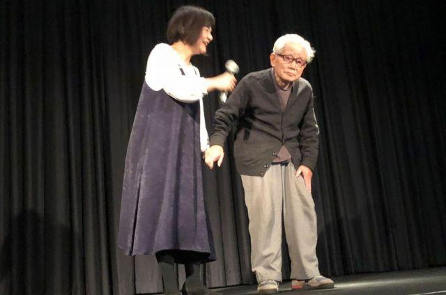 映画の上映であいさつする信友直子さんと良則さん親子