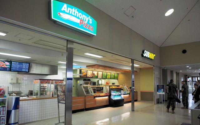 キャンプ富士内にある「アンソニーズ・ピザ」と「サブウェイ」。「米国の味」だ=2019年8月28日、静岡県御殿場市、前川浩之撮影