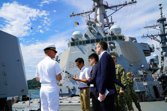 ミサイル駆逐艦マスティンの甲板上で、取材に応じる艦長のリーリー中佐(左)。左から3人目が筆者=2019年8月29日、神奈川県横須賀市の米軍横須賀基地、在名古屋米国領事館撮影