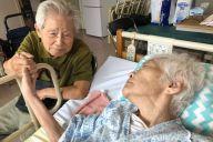 脳梗塞の後遺症で入院する妻を見舞う夫の信友良則さん=広島県呉市
