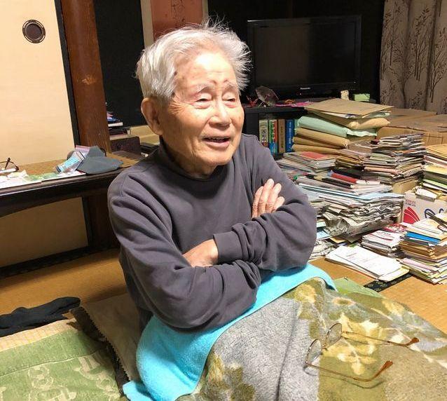 自宅の居間には、気になった雑誌や新聞の切り抜きが積まれている