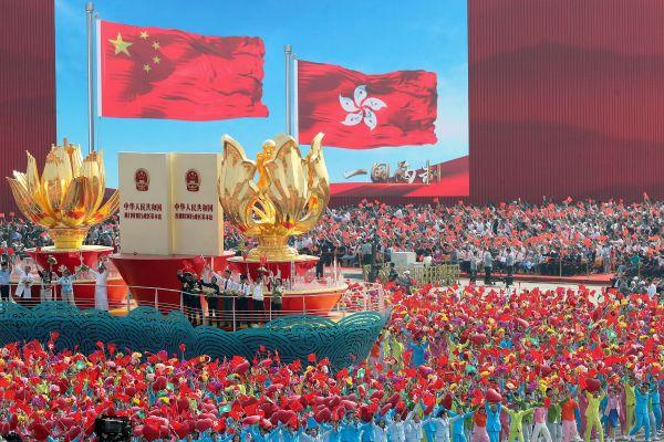 天安門広場でのパレードに現れた香港の山車=北京、2019年10月1日