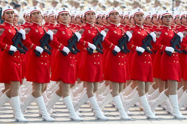 天安門広場で行進する若い女性兵士たち=北京、2019年10月1日