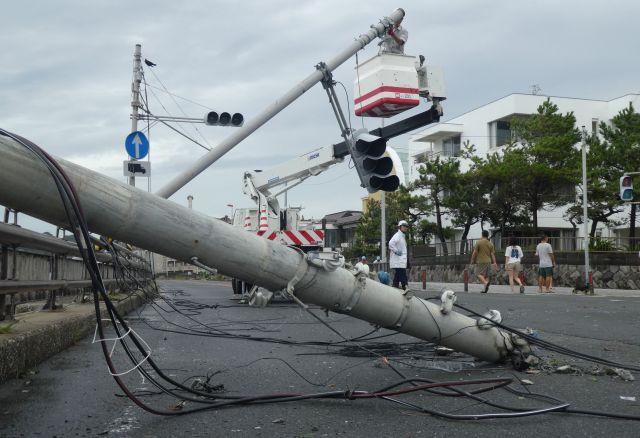 9月(がつ)の台風(たいふう)では、電柱(でんちゅう)が倒(たお)れたりしました