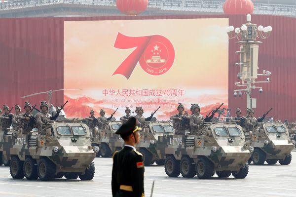 軍事パレードで展示された最新鋭の武器=北京、2019年10月1日