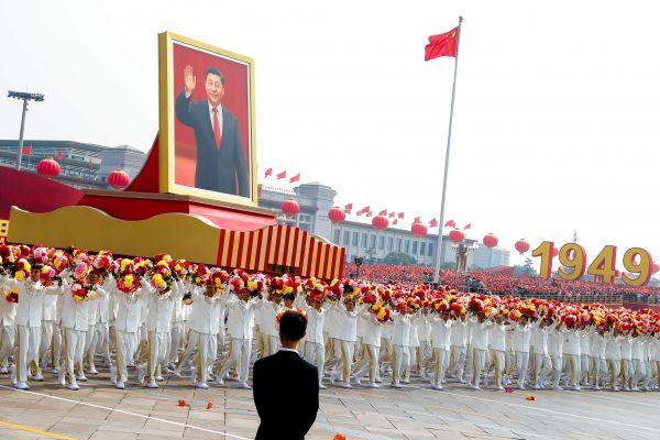 習近平氏の肖像画を掲げるパレード=北京、2019年10月1日