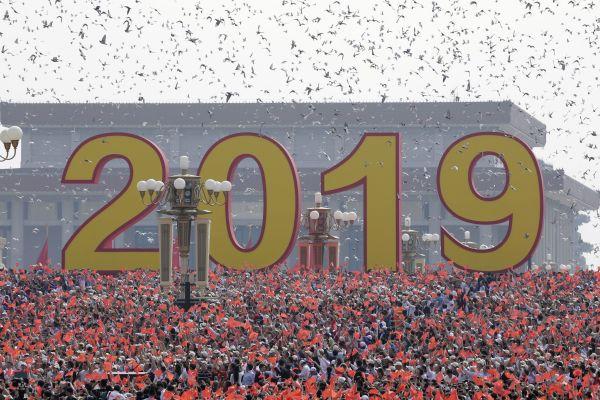 70万羽のハトが飛ばされました=北京、2019年10月1日