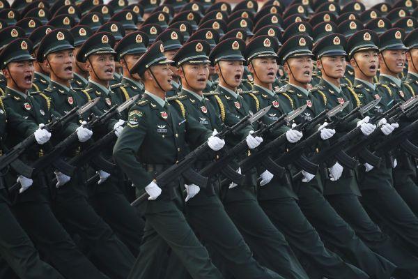 天安門広場で行進する若い兵士たち=北京、2019年10月1日