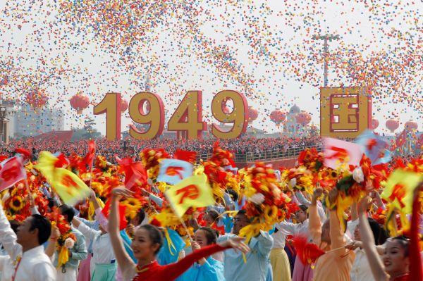 中国建国70年のパレードで飛ばされた7万個の風船=北京、2019年10月1日