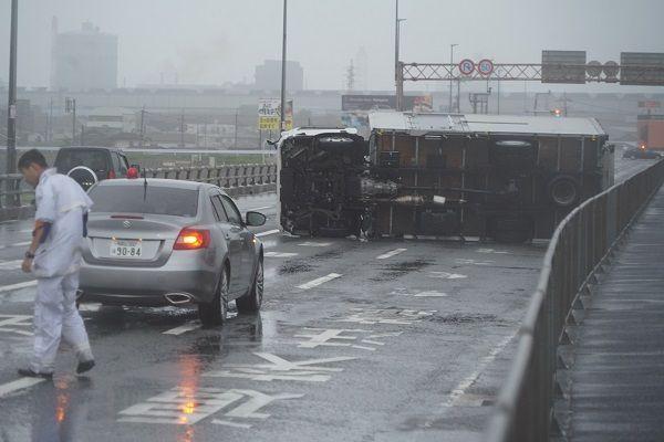 昨年(さくねん)の台風(たいふう)では、トラックが倒れました