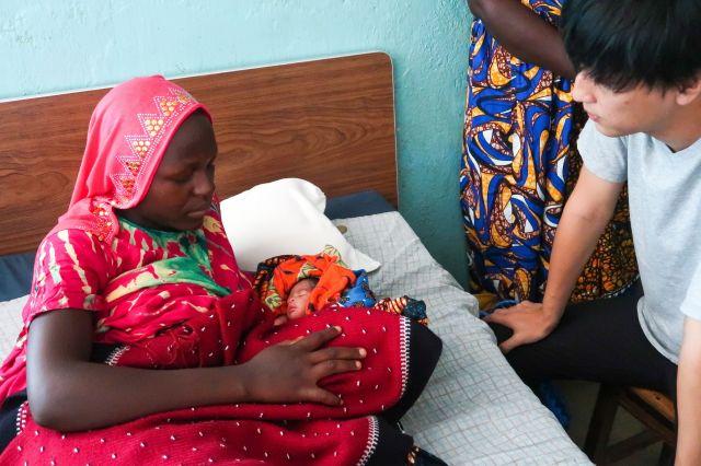 タンザニアで赤ちゃんを育てる母親。出産や子育ての環境は十分とは言えない=あおぞら提供